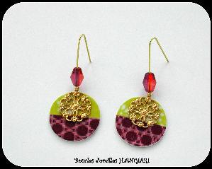 Boucles d`oreilles deux couleurs vert anis et violet prune, filigrane doré en forme de fleur